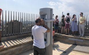Les visiteurs découvrent peu à peu le casque de réalité virtuelle sur la terrasse de l'Arc de Triomphe