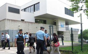 Les parents des victimes devant le collège Aragon de Villefontaine, où se sont rendues les ministres de la Justice et de l'Education nationale le 4 mai 2015.