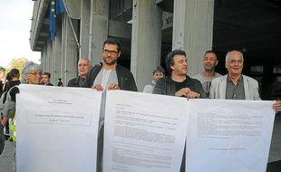 Les opposants ont imprimé en grand le compte-rendu municipal de la discorde.