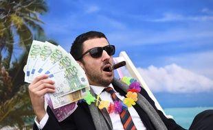 Un membre de l'ONG Oxfam déguisé en «riche».