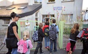 Des enfants entrent à l'école Notre-Dame de la Sagesse à Nantes.
