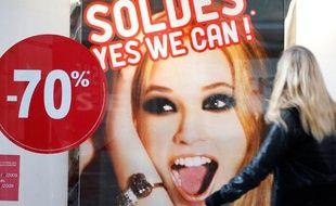 Vitrine d'un magasin de vêtements le premier jour des soldes à Strasbourg, le 7 janvier 2009.