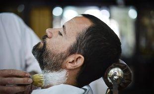 Homme chez le barbier (illustration).