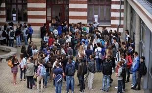 """Des parents d'élèves ont pris mardi la défense d'un enseignant de Charente, suspendu après avoir demandé à des collégiens de 3e une rédaction sur une mise en situation de suicide, en réclamant le """"retour immédiat"""" d'un prof """"apprécié"""" de ses élèves."""