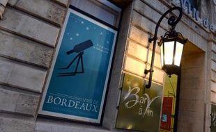 Une affiche promouvant les vins de Bordeaux placardée sur un bar à vin, le 19 décembre 2014 à Bordeaux