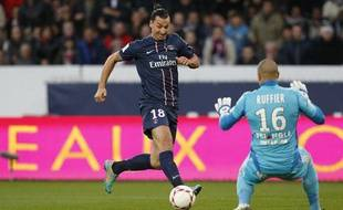 Zlatan Ibrahimovic face au gardien de Saint-Etienne Stéphane Ruffier.
