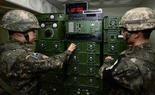 Des soldats sud-coréens ajustent les niveaux des hauts parleurs qui diffusent de la propagande à destination de la Corée du nord, à la frontière entre les deux Corée, le 8 janvier 2016