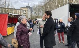 A droite, le maire LR de Reims, Arnaud Robinet, le 11 mars 2020, en pleine campagne municipale sur le marché de Châtillons.