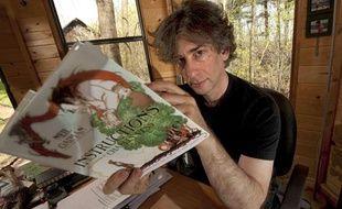 L'auteur Neil Gaiman, dans sa maison du Wisconsin, en 2010.