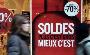"""Les achats en soldes et promotions dans le secteur de l'habillement ont doublé depuis 2000, devenant une """"nécessité"""" pour une majorité de consommateurs"""