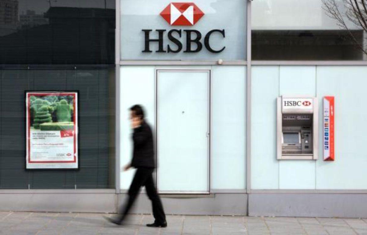 Une personne passe devant une agence HSBC à Paris, le 24 mars 2010. – Loic Venance AFP