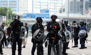 La police anti-émeutes disperse les manifestants dans un quartier résidentiel de Hong Kong, le 24 août 2019.