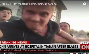 Un journaliste de CNN a été pris à parti par des familles de victimes devant un hôpital de Tianjin.