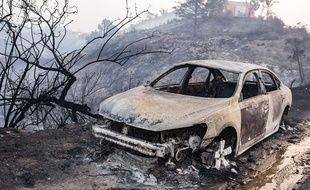 La carcasse incendiée d'une voiture en Californie.