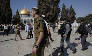 Un visiteur juif sur l'esplanade des Mosquées à Jérusalem, escorté par les forces israéliennes, le 27 octobre 2014.