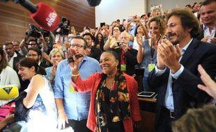 """La ministre de la Justice Christiane Taubira est applaudie alors qu'elle arrive à une réunion des """"frondeurs"""", en marge de l'université d'été du PS à La Rochelle, le 30 août 2014"""