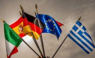 Un drapeau européen au centre de drapeaux de paus membre de l'UE (image d'illustration).