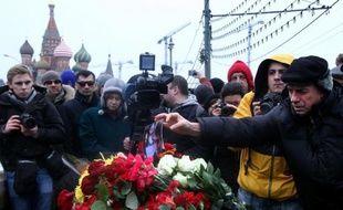 La foule s'est rassemblée le 28 février 2015 sur un pont moscovite où a été tué l'opposant russe Boris Nemtsov