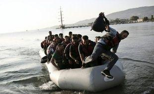 Des migrants arrivent sur l'île de Kos à bord d'un bateau, le 14 août 2015 en Grèce