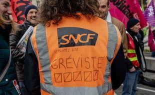 Un gréviste de la SNCF lors d'une manifestation à Lyon, le 3 janvier.
