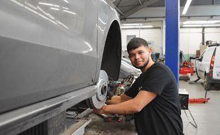 Un élève mécanicien au garage école de l'Icam, à Lille.