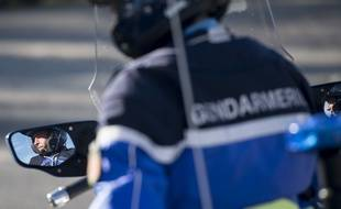 Un gendarme effectue des contrôles routiers.