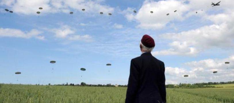 Un vétéran britannique regarde les parachutes lors des commémorations du D-Day à Ranville le 5 juin 2014