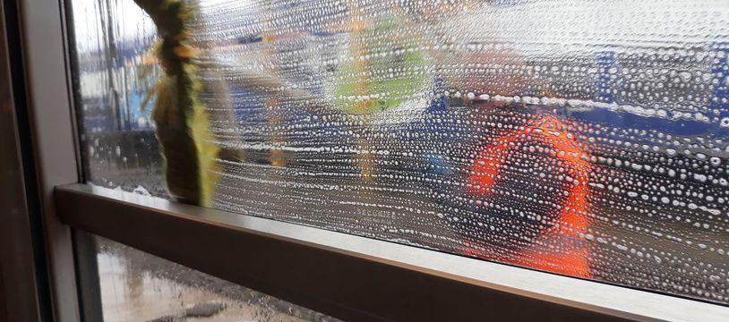 Les agents nettoient les vitres, les sols, les fauteuils