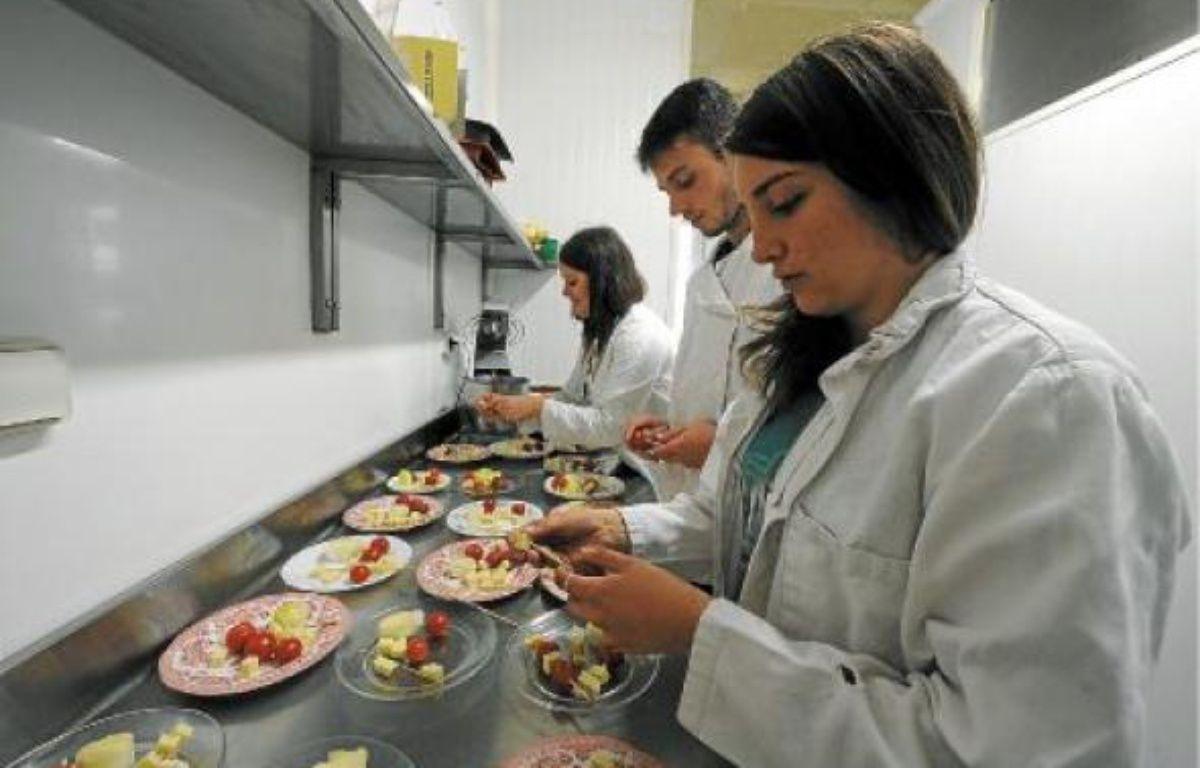 Les élèves du lycée assurent à tour de rôle la gestion quotidienne de l'établissement, comme la cuisine de la cantine. –  F. elsner / 20 Minutes
