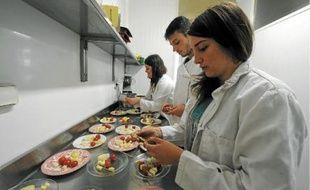 Les élèves du lycée assurent à tour de rôle la gestion quotidienne de l'établissement, comme la cuisine de la cantine.