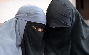 Deux femmes portent le niqab, ou voile intégral, à Montreuil, en mai 2010