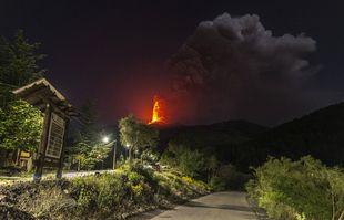 La lave jaillit du cratère du côté sud du mont Etna, le plus grand volcan actif d'Europe, près de Catane, en Sicile, le 25 mai 2021.