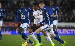 Le Bordelais François Kamano entouré de Strasbourgeois au stade de la Meinau ce 26 janvier (1-0).