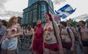 Entre deux et trois mille jeunes gens, dont beaucoup presque entièrement dévêtus ont manifesté à Montréal jeudi soir au son de casseroles pour protester contre le Grand Prix de F1 prévu dans la ville et la hausse des frais de scolarité.