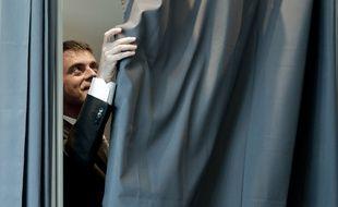 Manuel Valls entre dans l'isoloir pour voter au premier des élections départementales de 2015