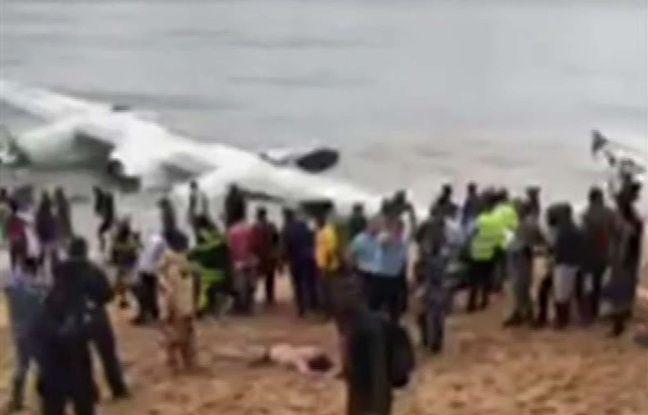 L'épave de l'Antonov qui s'est abîmé dans la mer au large d'Abidjan faisant 4 morts et six blessés le 14 octobre 2017.