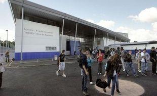 """Un professeur de Bordeaux a été roué de coups mardi par un élève de 18 ans après une altercation lors d'un cours sur le système politique marocain, une deuxième agression d'enseignant en deux jours, qualifiée jeudi d'""""inacceptable"""" par le ministre Vincent Peillon."""