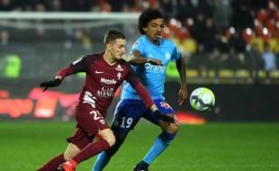 A l'image d'Ivan Balliu, titularisé sur l'aile droite, et ici à la lutte avec Luiz Gustavo, le nouvel entraîneur du FC Metz Frédéric Hantz avait décidé de faire tourner son effectif contre l'OM.