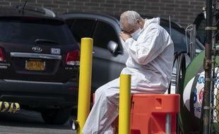 Un infirmier prend une pause à New York.