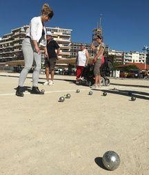 A Cagnes-sur-mer, il existe aussi le championnat des boules carrées et la pétanque assise.