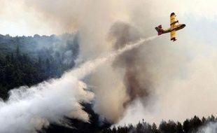 Une pluie providentielle a aidé les pompiers grecs à circonscrire l'incendie ravageant depuis mercredi les forêts de la forteresse orthodoxe du Mont Athos (nord-est).