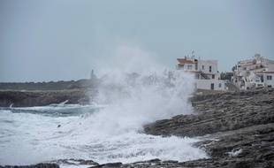De puissantes vagues attisées par la tempête Elsa battent la côte de l'île de Minorque dans les Baléares, vendredi 20 décembre.