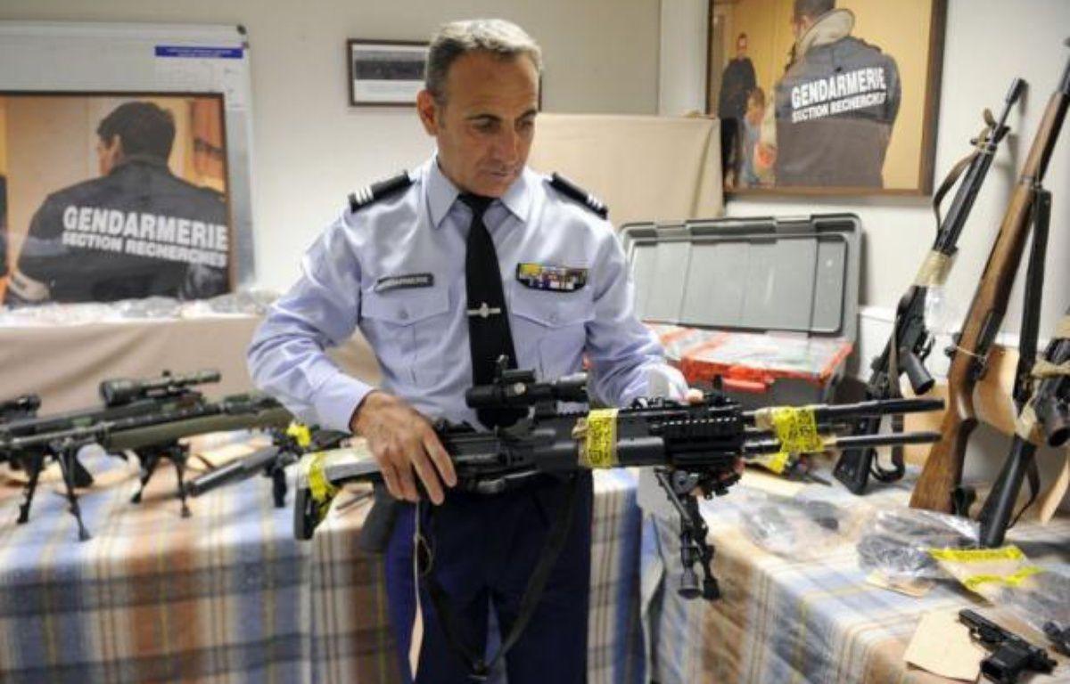 """Vingt-sept armes dont 14 de guerre et 150 kg de munitions ont été saisies jeudi à Marseille par les gendarmes dans une cache dissimulée dans la """"villa cossue"""" d'un collectionneur, déjà condamné en février pour des faits similaires, ont indiqué vendredi le procureur et les gendarmes. – Boris Horvat afp.com"""