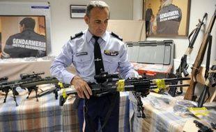 """Vingt-sept armes dont 14 de guerre et 150 kg de munitions ont été saisies jeudi à Marseille par les gendarmes dans une cache dissimulée dans la """"villa cossue"""" d'un collectionneur, déjà condamné en février pour des faits similaires, ont indiqué vendredi le procureur et les gendarmes."""