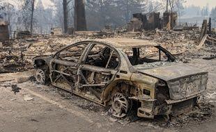 Une voiture calcinée à Paradise, en Californie.
