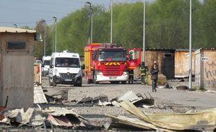 Le camp de Grande-Synthe (Nord) après l'incendie de la nuit du 10 au 11 avril 2017