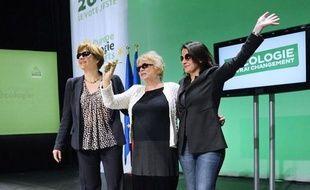 """La candidate écologiste à la présidentielle Eva Joly, portant des lunettes noires pour dissimuler les séquelles de sa chute dimanche, a déclaré mercredi en ouvrant près de Nantes son premier meeting depuis l'incident qu'elle allait """"bien, malgré les coups du sort""""."""