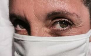 Illustration d'une femme portant un masque en tissu.