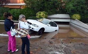 Une voiture endommagée par les inondations qui ont frappé Mandelieu-la-Napoule, dans les Alpes-Maritimes, le 4 octobre 2015
