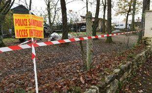 """Un panneau """"Police sanitaire, accès interdit"""", placé à l'entrée d'un site où un cas de grippe aviaire a été détecté, le 25 novembre 2015, en Dordogne."""
